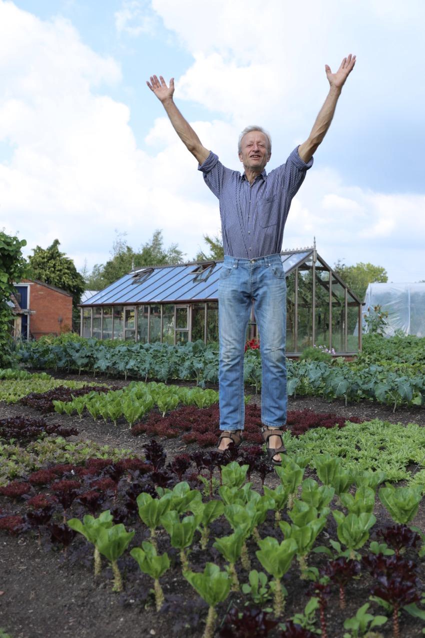7. Charles saute de joie : pas de mauvaises herbes, belles récoltes